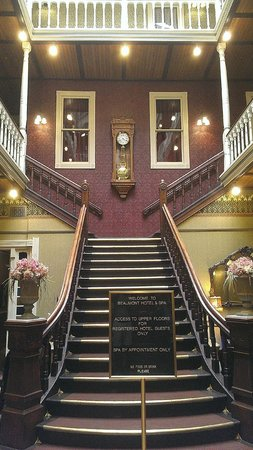 Beaumont Hotel & Spa : Original staircase in the lobby