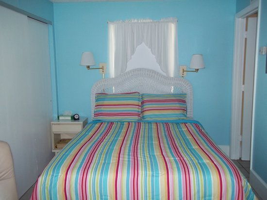 Anna Maria Motel & Resort Apartments: Snook, room 1; studio that sleeps 2 with a queen bed and full kitchen