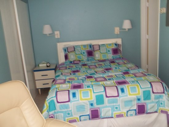 Anna Maria Motel & Resort Apartments: Pompano Room 3; studio that sleeps 2 with a queen bed and full kitchen