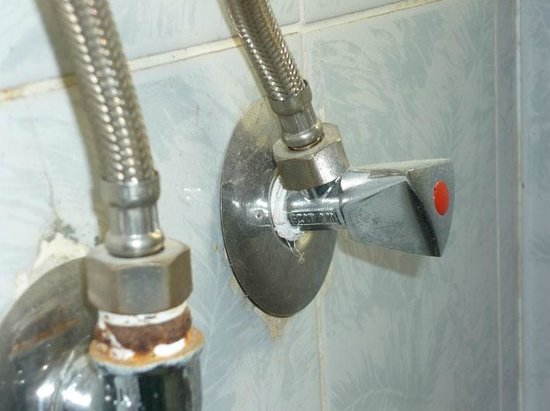 Halomy Hotel: Dust on taps, never cleaned during our stay