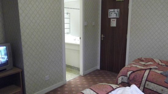 Ben Nevis Hotel & Leisure Club : View from window into room (bathroom door)