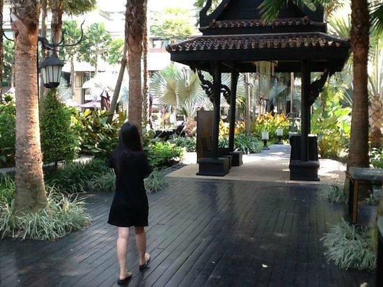 La Residence Bangkok: 泳池通往飯店的步道