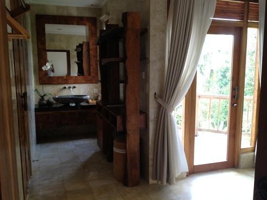 Sri Ratih Cottages: salle de bain avec douche et baignoire