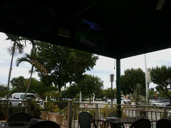Duffy's Sports Grill: Patio Seating