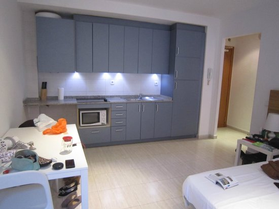Las Ramblas Bacardi Apartments : Kitchen