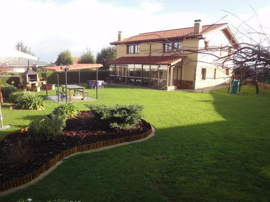 Apartamentos Rurales Villa del Sain: Jardín y fachada trasera