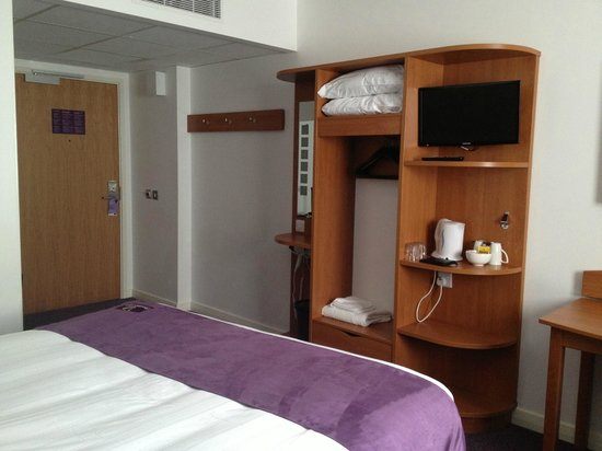 Premier Inn London Gatwick Airport (A23 Airport Way) Hotel: Room from the opposite corner