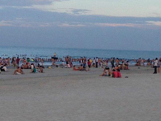 Non Nuoc Beach: Vers 17h, tous les vietnamiens se rassemblent sur la plage