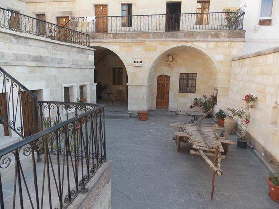 Dervish Cave House: uno de los patios del hotel