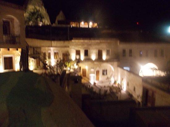 Dervish Cave House: vista de noche