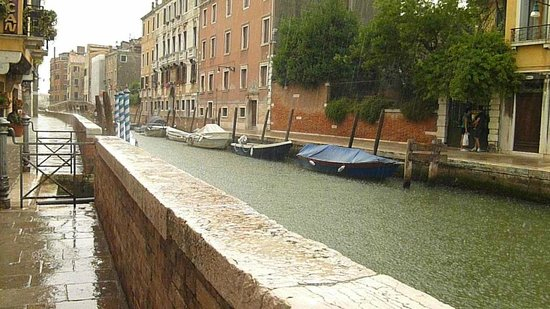 Ristorante Cantinone Storico : Sheltered at canal-side table during glorious rainstorm