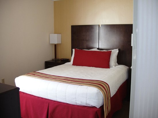 Black Bear Inn & Suites: bedroom of suite