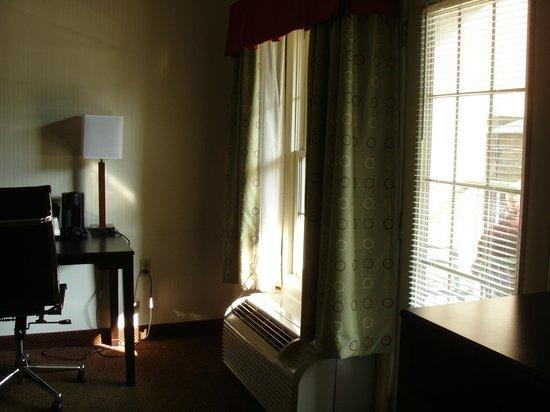 Clarion Inn & Suites: livingroom area of handicapped suite