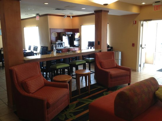 Fairfield Inn & Suites San Antonio Downtown/Market Square: Lobby sitting and dining area