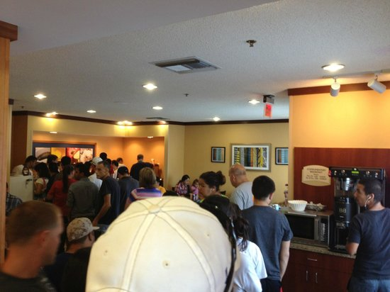 Fairfield Inn & Suites San Antonio Downtown/Market Square: Breakfast madness. Not good.