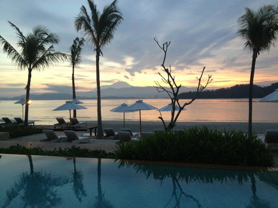Gaya Island Resort: Sunrise by the pool