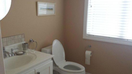 Redwood Garden Bed & Breakfast: Bathroom