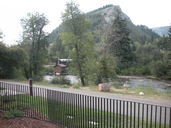 Hotel Talisa, Vail : View of Eagle River from Pool