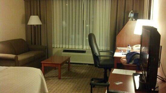 Holiday Inn Barrie Hotel & Conference Centre: desk executive room