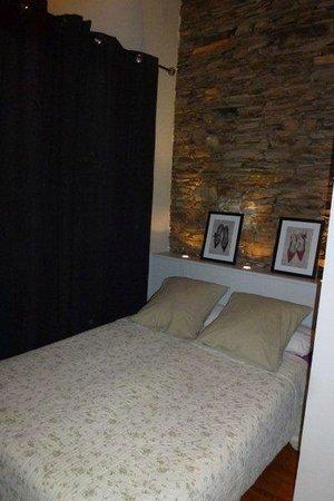 Les Santolines : La chambre, on passe à peine autour du lit.