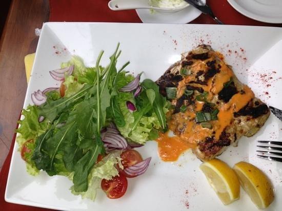 Es Mercat : badejo assado com salada