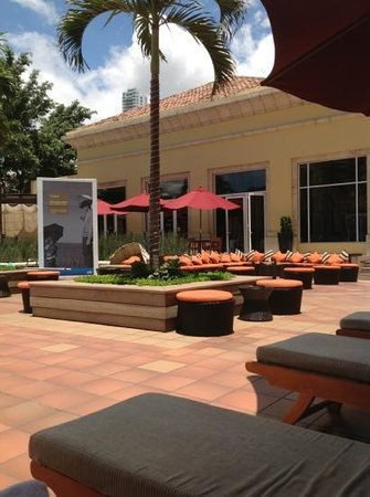 Real InterContinental Tegucigalpa at Multiplaza Mall: relaxation area by the pool