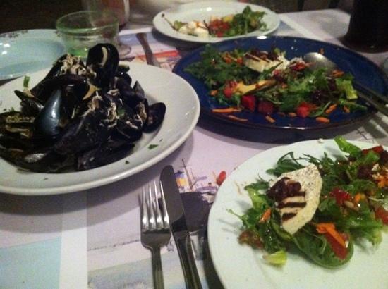 Μαρίτσα: mussels and Manipuri salad