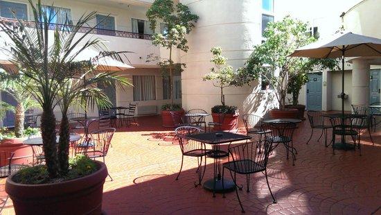 BEST WESTERN PLUS Suites Hotel Coronado Island: Courtyard