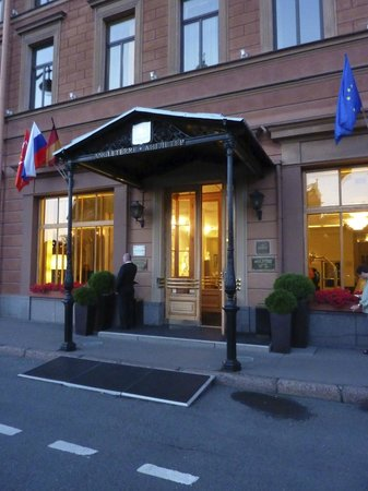 Angleterre Hotel: Front entrance to hotel