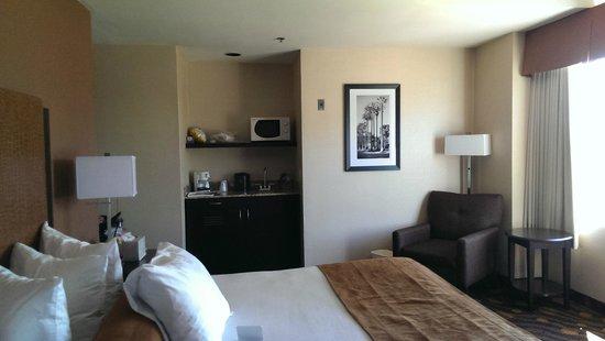 Best Western Plus Suites Hotel Coronado Island: mini frig and microwave and sink prep area