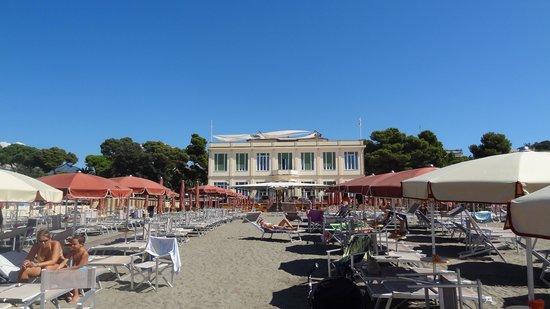 Suite Hotel Nettuno : Blick vom Strand zum Hotel