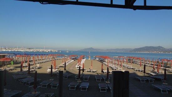 Suite Hotel Nettuno : Blick zum Strand vom Restaurant aus
