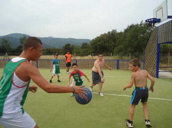 Camping la Sardane : Match de basket pour les enfants