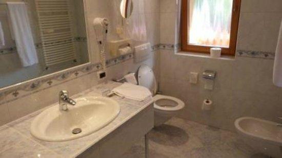Garni Hotel Concordia: Room 212 bathroom
