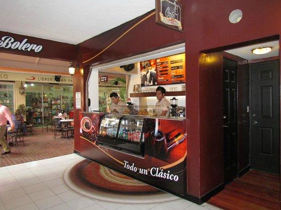 La silla para bolear zapatos picture of cafe bolero for Sillas para bolear zapatos