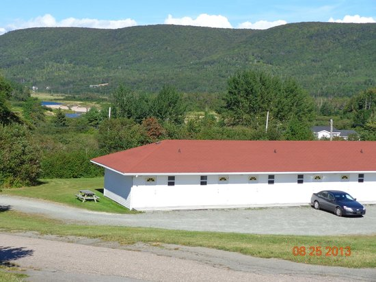 Margaree Riverview Inn: View of deluxe rooms from top of hill