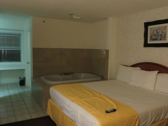Pacifica Beach Hotel : king bed with jacuzzi