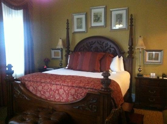 The Blennerhassett Hotel: Beautiful high bed. Room is pitch black when curtains are drawn.