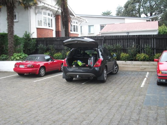 Bavaria Bed & Breakfast Hotel: Kiwi parking - close enough