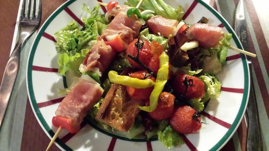 Le Grand Grill Basque : Salade de brochettes jambon et fromage de brabis