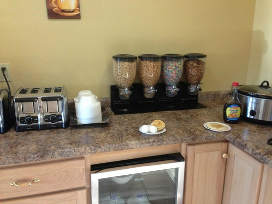 America's Best Value Inn: Continental Breakfast area