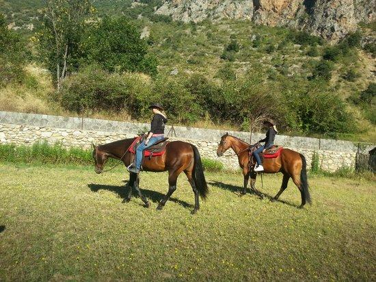 A l'Ombre du Fort : De 2 dochters op de paarden van Linda
