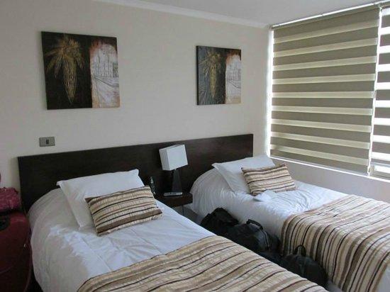 Alvavi Apart Hotel : Quarto com duas camas de solteiro.