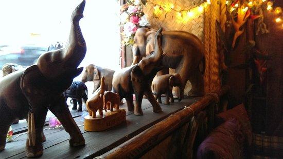 Restaurant Jai Thai: Elefants vid fönstret