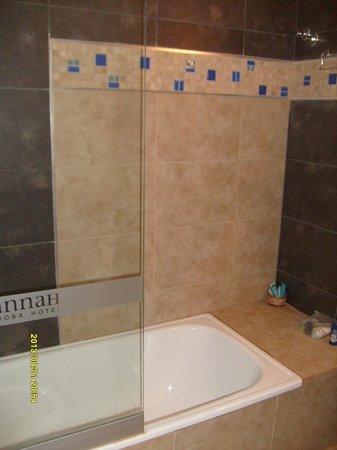 Mamparas De Baño Cordoba.El Baño Tiene Bañera Y La Bañera Está Separada Por Mampara De