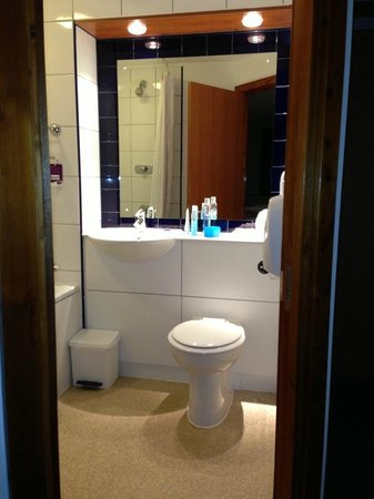 Premier Inn Plymouth City Centre (Sutton Harbour) Hotel: Toilet and wash area