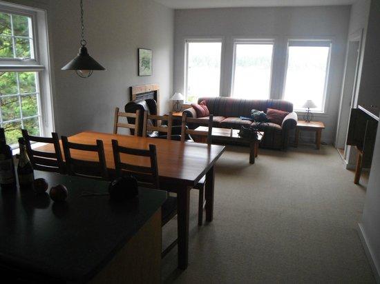 Water's Edge Shoreside Suites: dinning/ living room