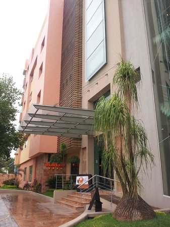 Hostalia Hotel Expo & Business Class: Entrada pelo Paseo de la Arboleda