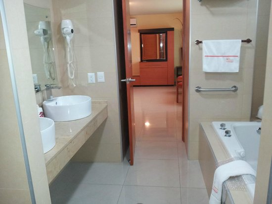 Hostalia Hotel Expo & Business Class: Banheiro completo