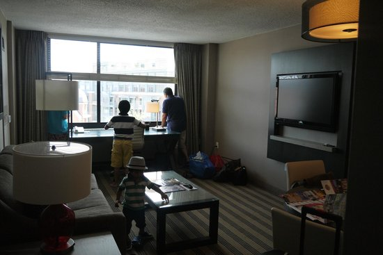 Avenue Suites Georgetown: living area